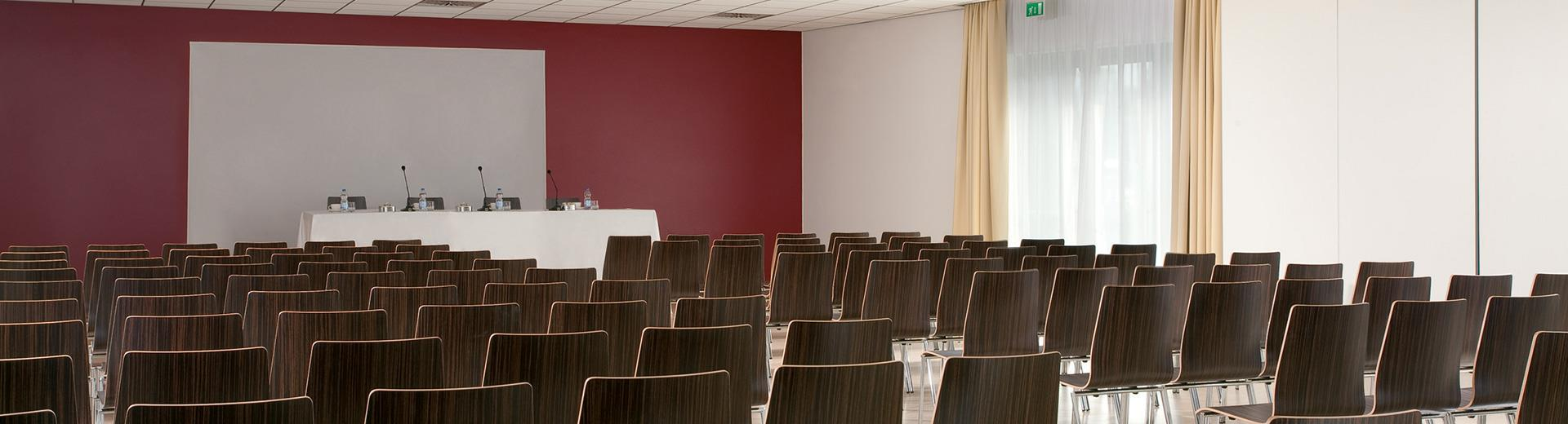 Looking for a functional Congress Centre in Venice Mestre? Book our meeting rooms up to 170 people.
